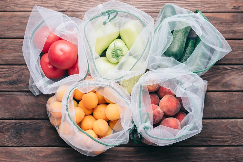 Frutas e legumes frescas em sacos reusáveis do eco imagens de stock royalty free