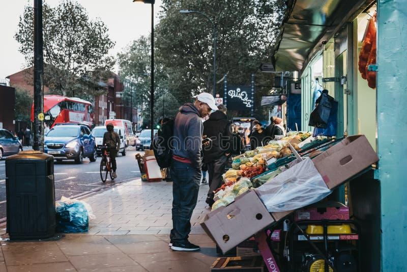 Frutas e legumes frescas na venda em uma loja em Lo imagem de stock royalty free
