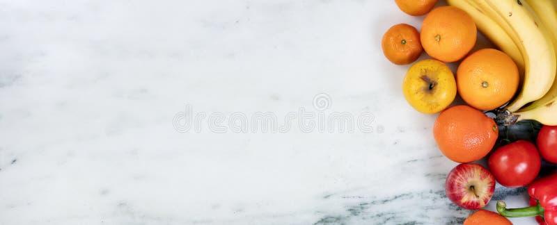 Frutas e legumes frescas que formam a beira do lado direito do marbl foto de stock royalty free