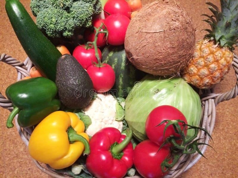 Frutas e legumes misturadas na cesta imagem de stock