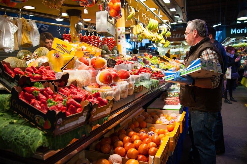 Frutas e legumes no mercado fotos de stock royalty free