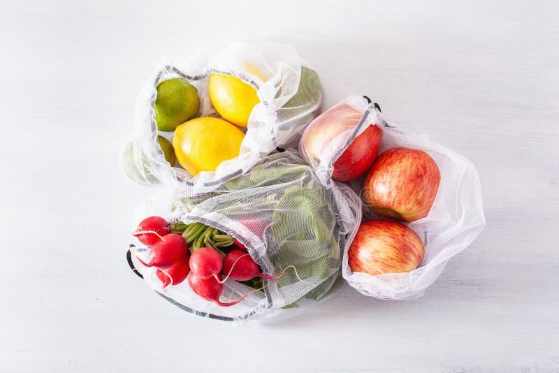 Frutas e legumes no saco de nylon da malha reusável, conceito zero livre plástico do desperdício imagem de stock royalty free