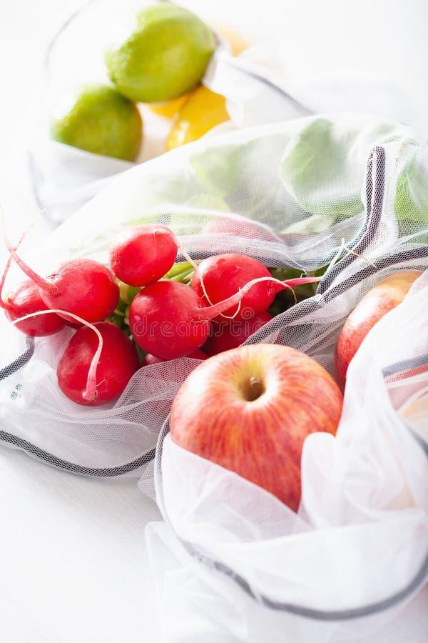 Frutas e legumes no saco de nylon da malha reusável, conceito zero livre plástico do desperdício imagens de stock
