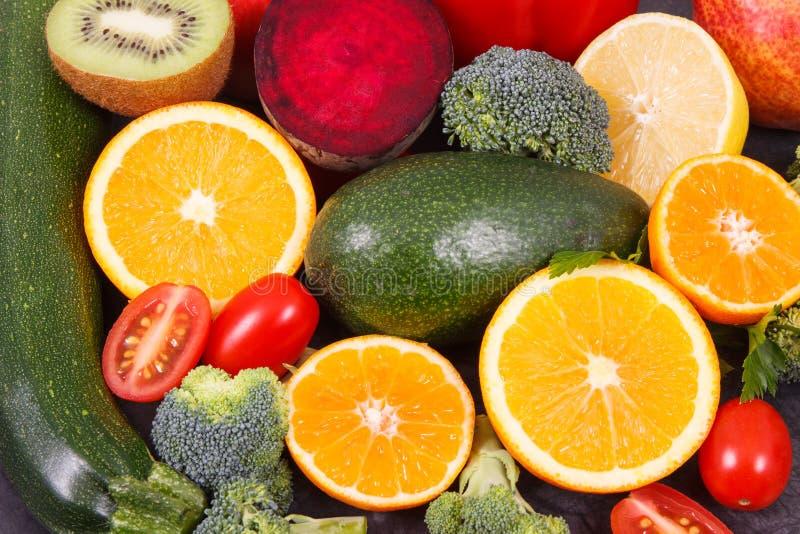 Frutas e legumes que contêm vitaminas e minerais, conceito saudável comer fotos de stock royalty free