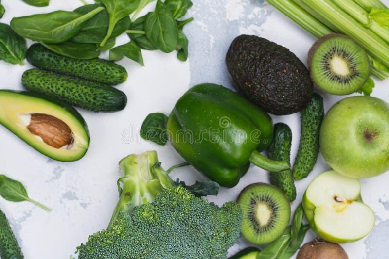 Frutas e legumes verdes no fundo branco imagens de stock royalty free