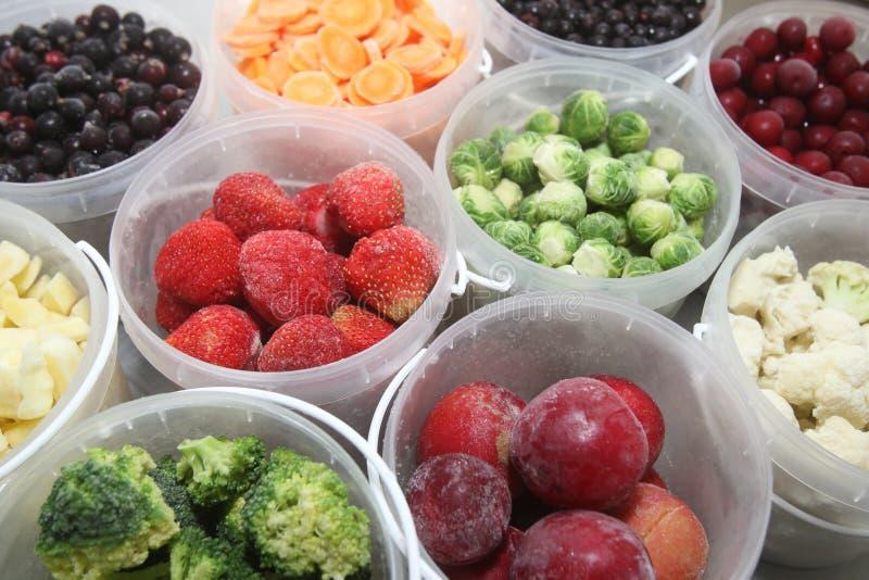 Frutas e verdura congeladas em uns recipientes plásticos foto de stock royalty free