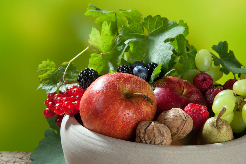 Frutas em uma bacia imagens de stock royalty free