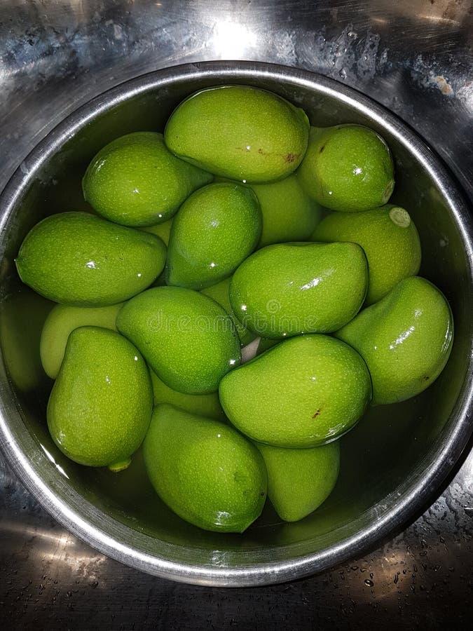 Frutas em uma cesta foto de stock