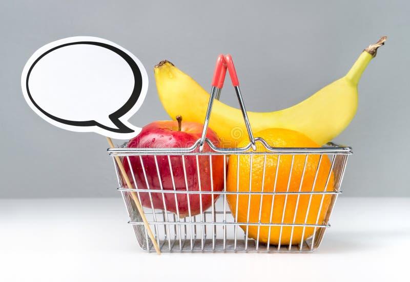 Frutas en cesta de compras y burbuja del discurso foto de archivo libre de regalías