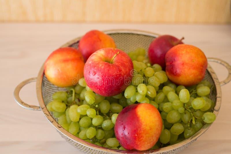 Download Frutas en el bown imagen de archivo. Imagen de fresco - 41914907