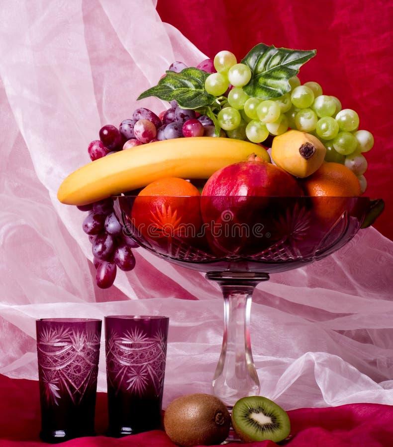 Frutas en el florero foto de archivo libre de regalías