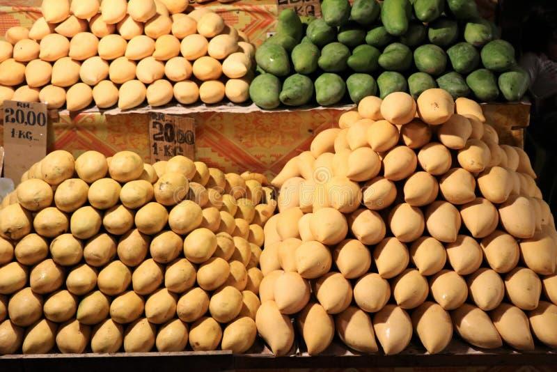 Frutas en el mercado de la noche - Kota Kinabalu Sabah Borneo Malaysia Asia del mango fotografía de archivo libre de regalías