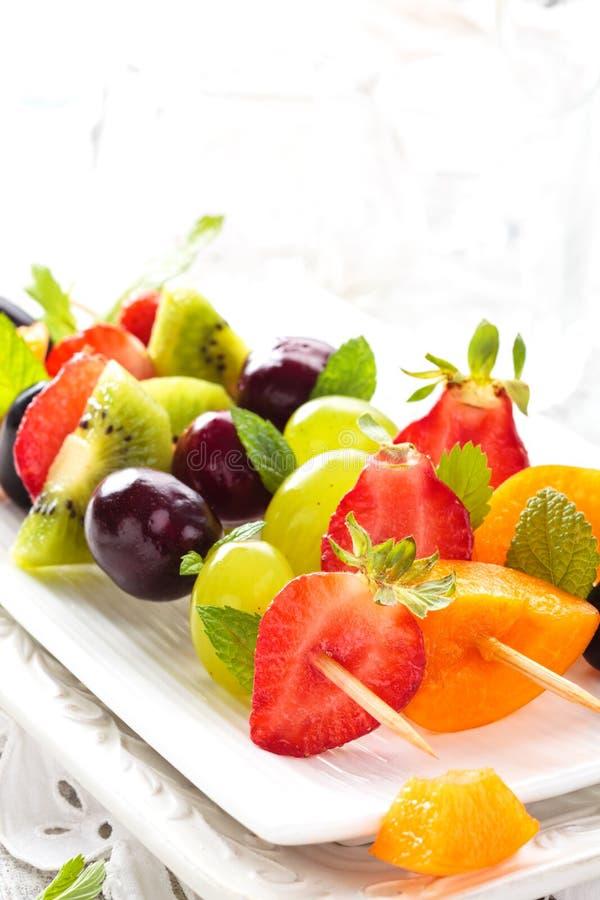 Frutas en los palillos imagenes de archivo