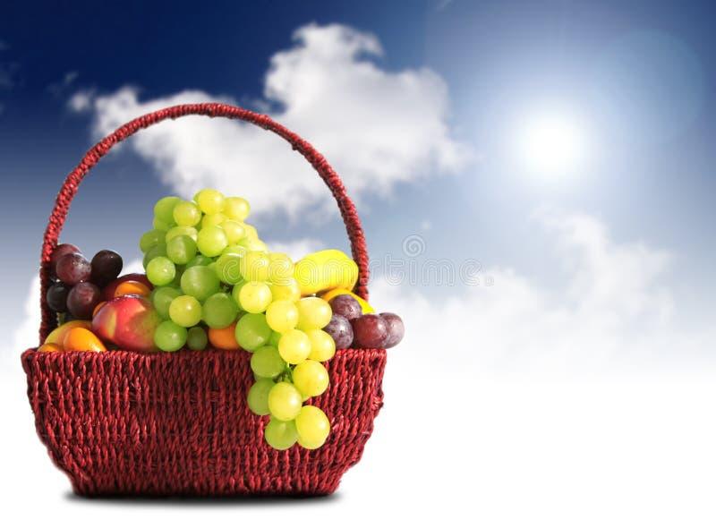 Frutas en una cesta foto de archivo