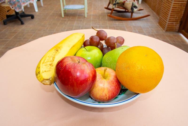 Frutas en una placa foto de archivo