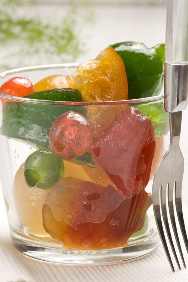 Frutas escarchadas en un vidrio. foto de archivo