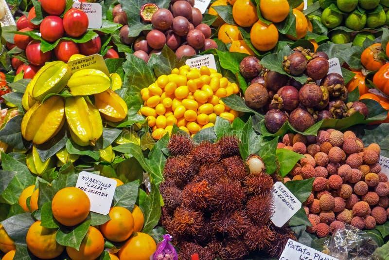Frutas exóticas en el Boqueria foto de archivo libre de regalías