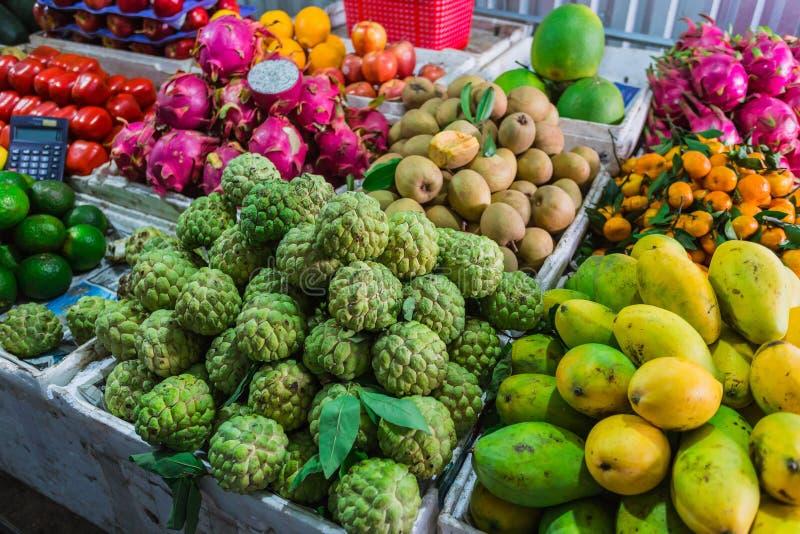 Frutas exóticas en el mercado asiático imagen de archivo libre de regalías