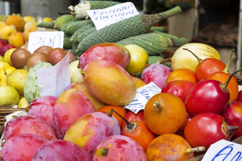 Frutas exóticas en la exhibición en un mercado fotos de archivo
