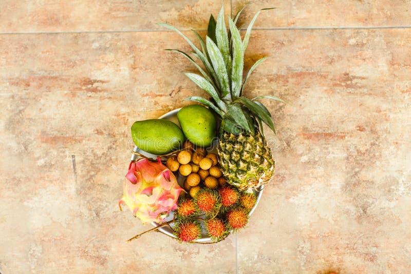 Frutas exóticas en la placa: mango, fruta del dragón; mango; piña fotografía de archivo