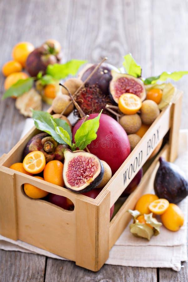 Frutas exóticas en un cajón de madera fotografía de archivo