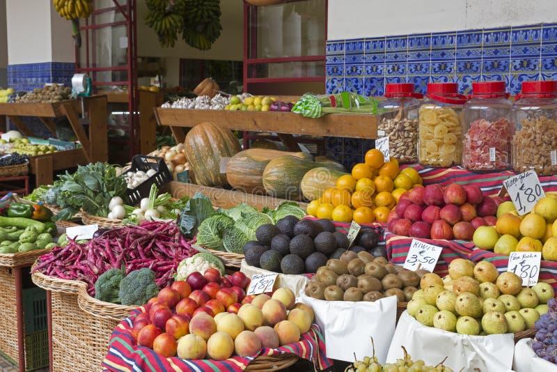 Frutas exóticas en un mercado fotos de archivo libres de regalías