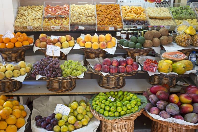 Frutas exóticas en un mercado foto de archivo libre de regalías