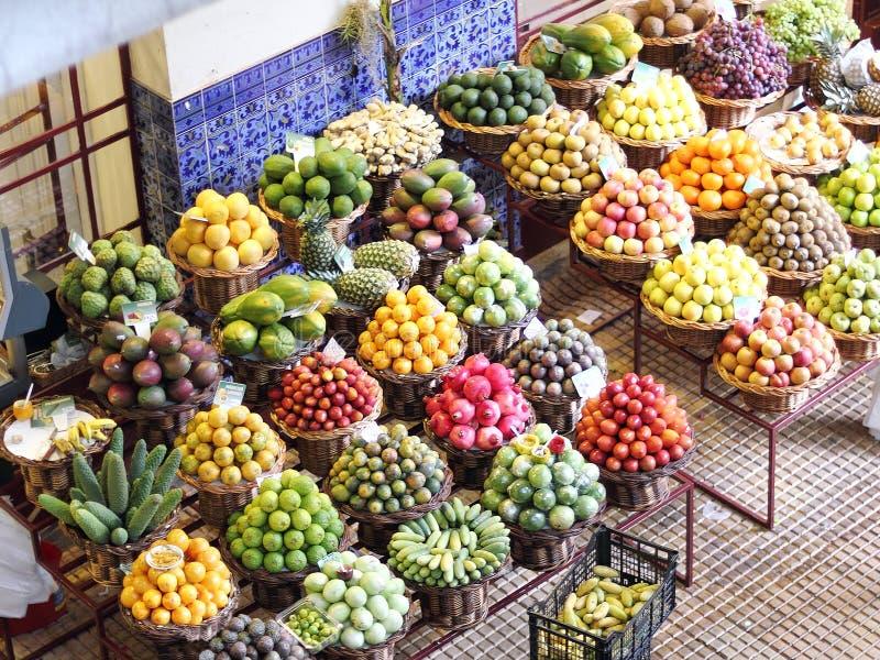 Frutas exóticas en un mercado de los granjeros en Madeira fotos de archivo