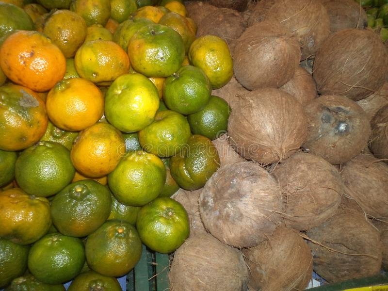Frutas expuestas, junto en el quiosco fotos de archivo