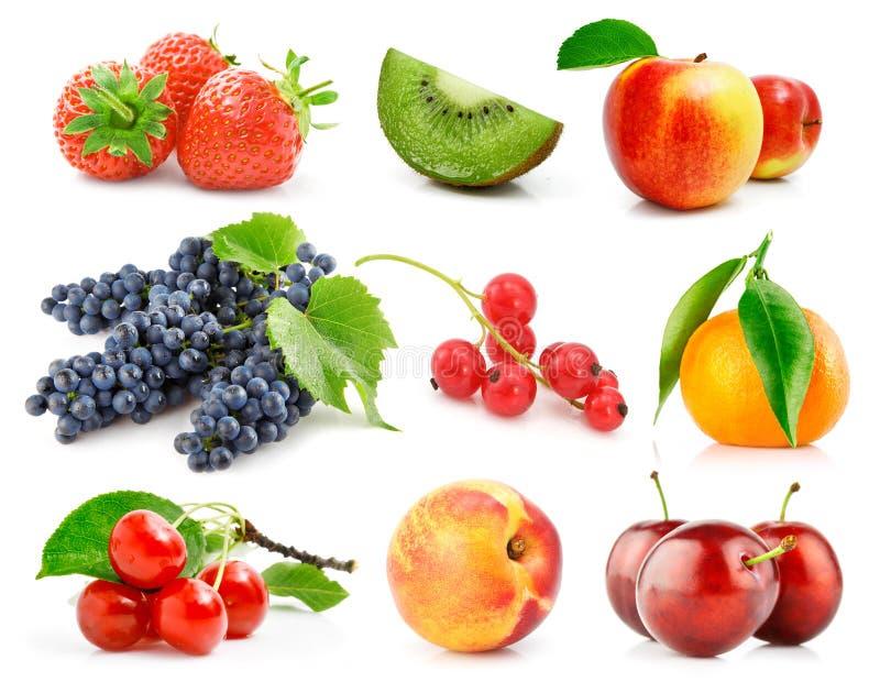 Frutas frescas ajustadas com as folhas verdes isoladas fotografia de stock royalty free
