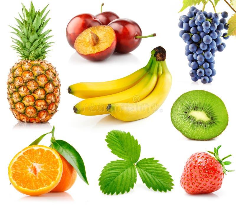 Frutas frescas ajustadas com folhas verdes imagens de stock royalty free