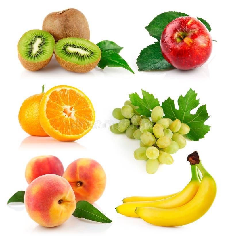 Frutas frescas ajustadas com folhas verdes fotografia de stock royalty free