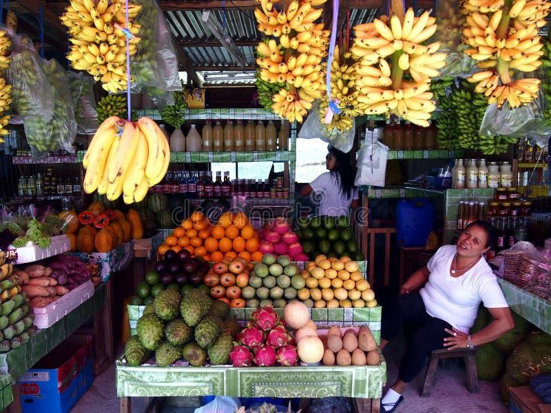 Frutas frescas clasificadas en un soporte de fruta en un punto turístico en la ciudad de Tagaytay, Filipinas imágenes de archivo libres de regalías