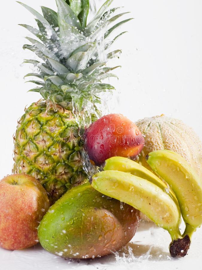 Frutas frescas con el chapoteo del agua imágenes de archivo libres de regalías