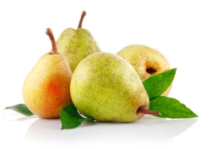 Frutas frescas de la pera con las hojas verdes foto de archivo libre de regalías