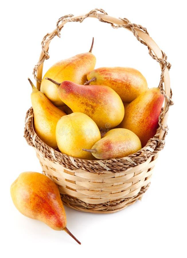 Frutas frescas de la pera en la cesta fotografía de archivo