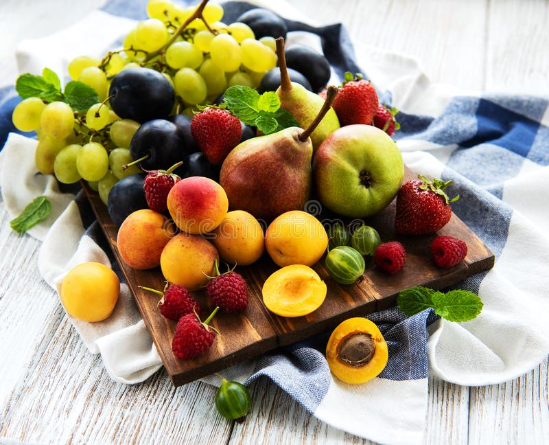 Frutas frescas del verano foto de archivo libre de regalías