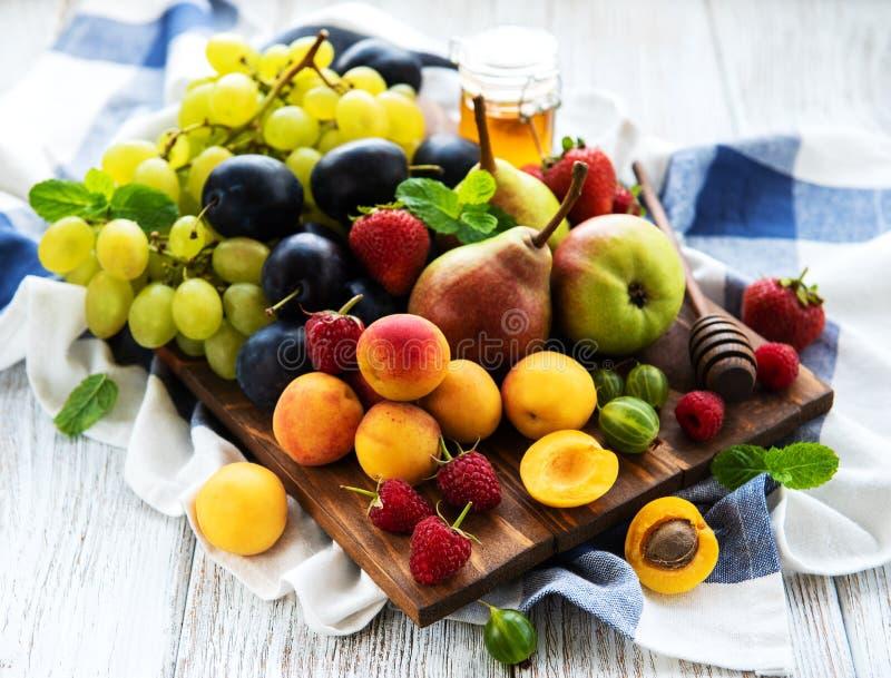 Frutas frescas del verano imagenes de archivo