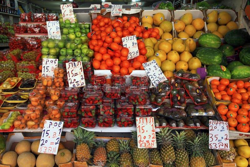 Frutas frescas en Carmel Market al aire libre en Tel Aviv, Israel foto de archivo libre de regalías