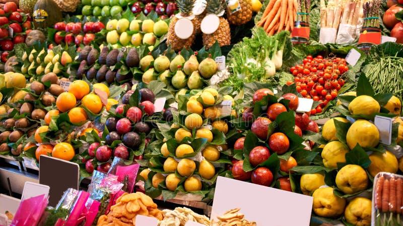 Frutas frescas en el mercado Frutas frescas ex?ticas en un mercado Ar?ndano, papaya, fruta del drag?n, kiwi, fruta de la pasi?n fotos de archivo libres de regalías