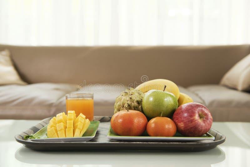 Frutas frescas en la bandeja imagenes de archivo