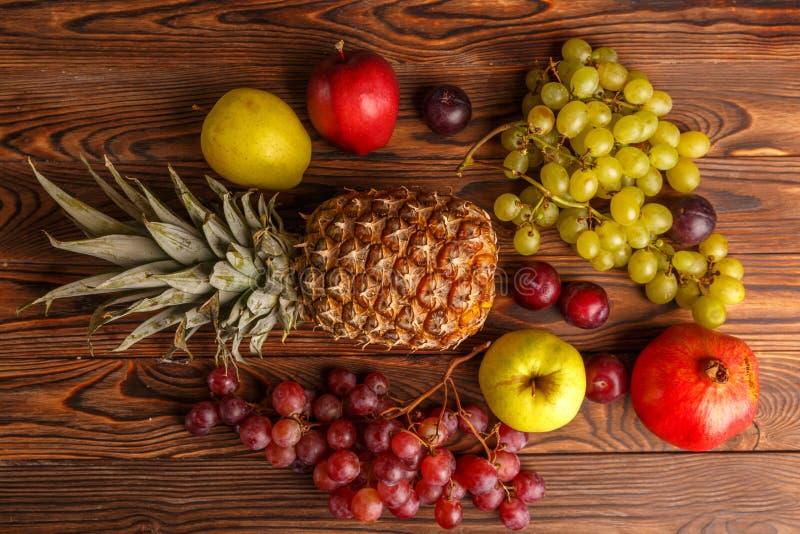Frutas frescas en una tabla de madera oscura Primer foto de archivo libre de regalías