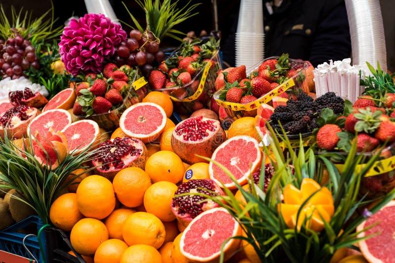 Frutas frescas en una tienda de la calle del jugo foto de archivo