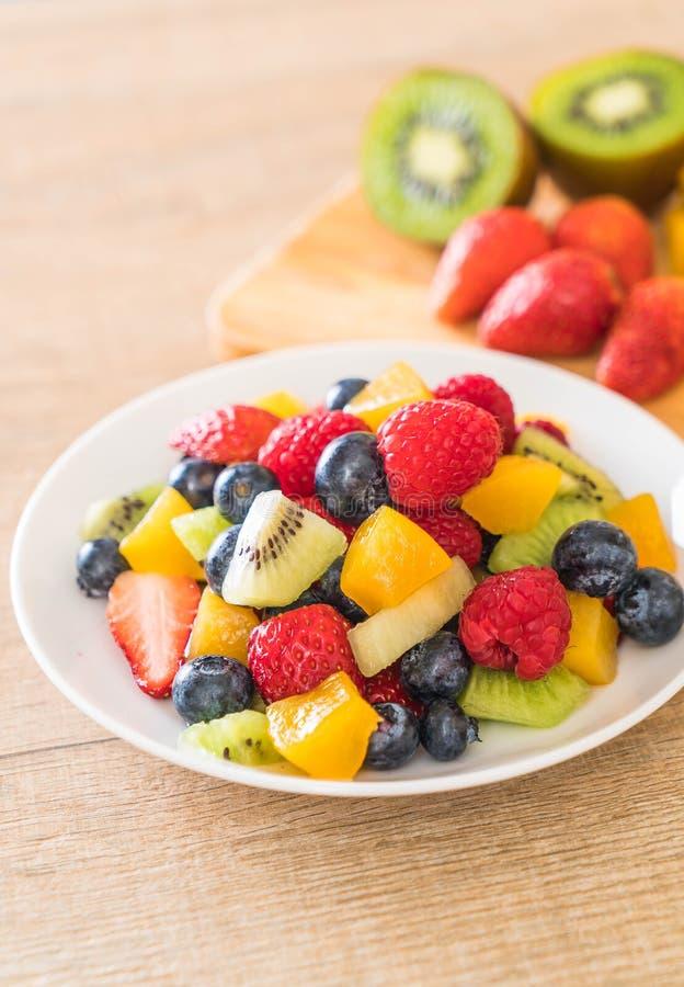 frutas frescas mezcladas (fresa, frambuesa, arándano, kiwi, mang fotos de archivo libres de regalías