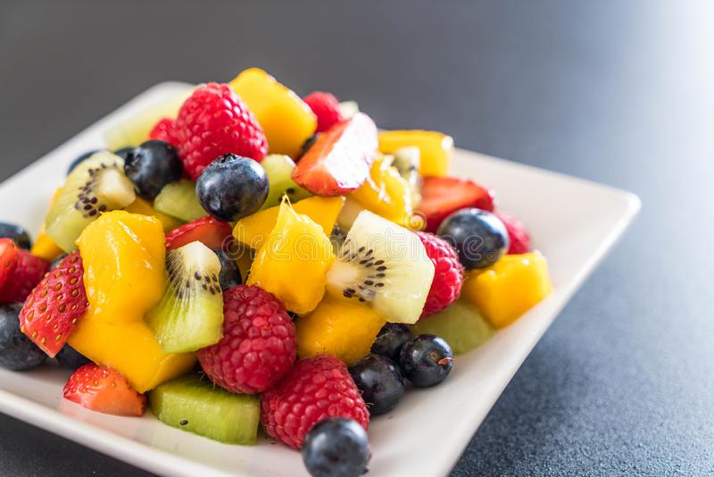 frutas frescas mezcladas (fresa, frambuesa, arándano, kiwi, mang foto de archivo libre de regalías