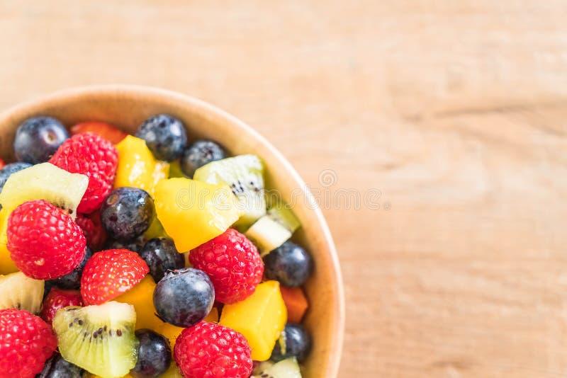frutas frescas mezcladas (fresa, frambuesa, arándano, kiwi, mang imagen de archivo libre de regalías