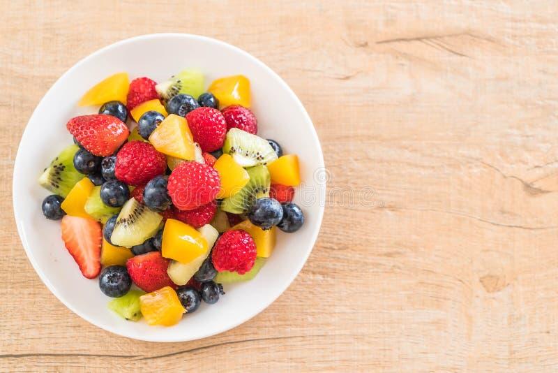 frutas frescas mezcladas (fresa, frambuesa, arándano, kiwi, mang imagen de archivo