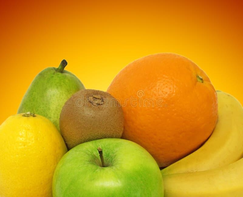 Frutas frescas no fundo da cor imagens de stock