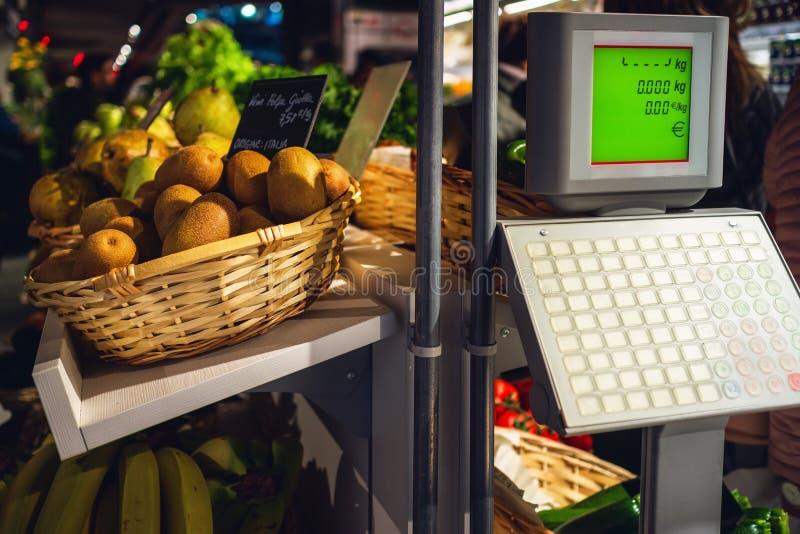 Frutas frescas y sabrosas en una parada del mercado en Italia fotografía de archivo libre de regalías