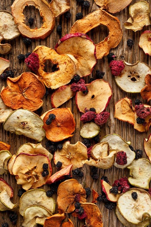 Frutas, manzanas, peras, zarzamoras secadas y frambuesas perfectas para la compota de la Navidad fotos de archivo